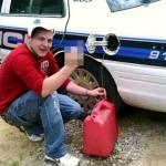 愚の骨頂!! パトカーからガソリンを窃盗、犯行時の写真をFacebookに投稿、・・・逮捕!!
