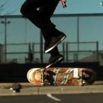 【バイラル動画】超スローで見るスケボーの神業、トラックに跳ね飛ばされたスケーター