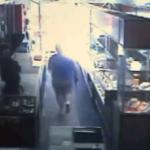 【画像】勇敢なおばあちゃんが一人で強盗5人を撃退 、強盗にむけ2発発砲- 米国