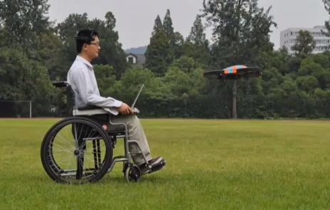 思考で操作する小型無人飛行機