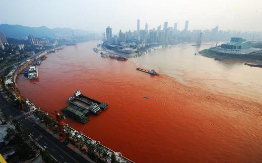川が赤く染まる 中国ならではニュース