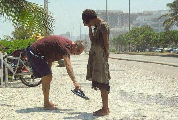 心温まる画像まとめ ホームレス少女に靴をプレゼント