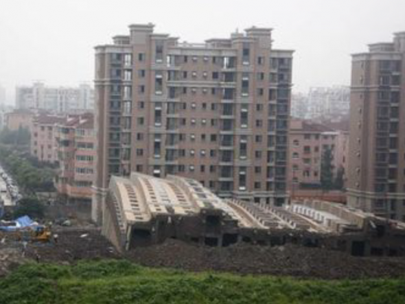 突然ビルが崩壊 - 中国ならではニュース
