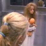 【動画】誰もいないエレベーターに突然少女が!ブラジルテレビ番組の幽霊ドッキリが怖すぎる