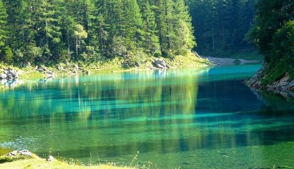 夏に湖に変わる オーストリアのグリーンレイク