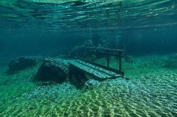 水中に沈む小さな架け橋