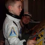 【画像】息子の誕生日プレゼントに手作りの宇宙船を作ってあげたステキなパパがいた