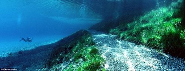 夏のグリーンレイク 遊歩道が水に沈む