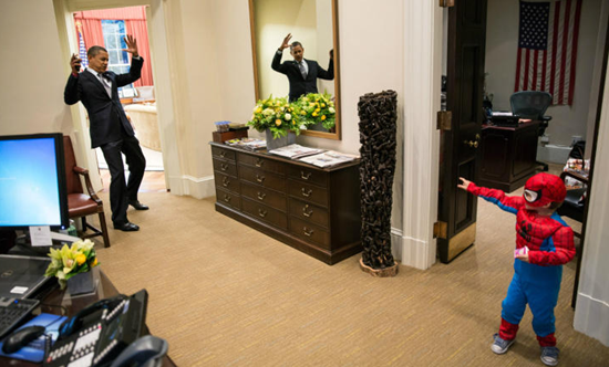 小さなスパイダーマンと戯れるオバマ大統領