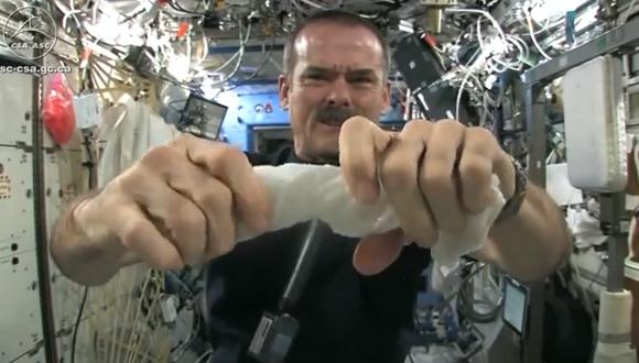 宇宙でタオルをしぼる