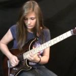 エディ・ヴァン・ヘイレンのギターソロ「Eruption」を見事にロックする14歳少女