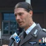 子供に「アドルフ・ヒトラー」と名付けた父親、面会権求める裁判にナチスの制服で登場