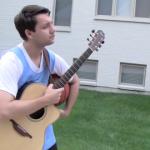 【動画】ドリブルを突きながらギターを奏でる器用なマルチタスク男