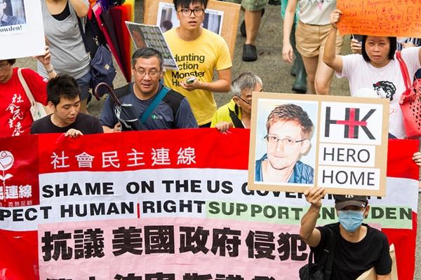 スノーデン支援を訴える香港のデモ