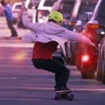 最高時速36kmで急な坂道もらくらく登れる、実用的な電気スケートボード
