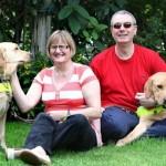 盲導犬同士が恋に落ちて…、飼い主のカップルが婚約