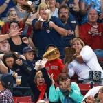 【写真】ファールボールに対する観客の反応を完璧に捉えた1枚