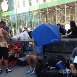 新iPhoneの発表間近、NYアップルストアでは早くも並び始める人の姿が…