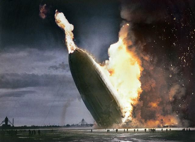 カラー化写真 ヒンデンブルク号爆発事故