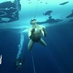 【ギネス世界記録】厚さ1mの氷に覆われた湖の中を海パン一丁で76m水泳!!