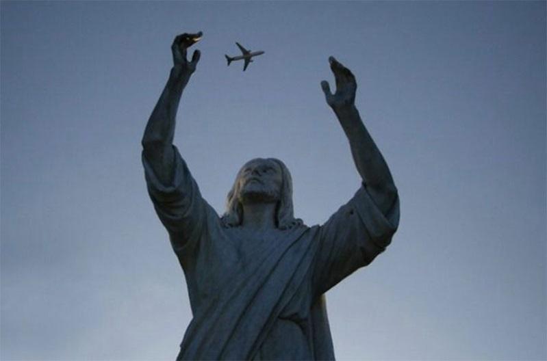 飛行機を捕まえる石像