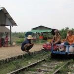 【動画】カンボジアのバンブートレイン、線路上で鉢合わせになった時の対処法が面白い