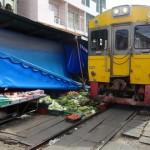 列車が屋台スレスレを走り抜ける!!タイのメークロン線市場