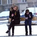 【動画】雪の街中で男の子が凍えていたら手を差し伸べる?