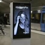 電車が通るとポスターの髪がなびく!!スウェーデン地下鉄駅のハイテク広告