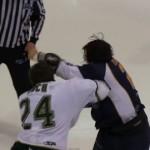 アイスホッケーの試合で1分以上激しく殴り合い、でもスポーツマンシップは忘れず