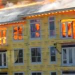 燃えさかる炎から奇跡の生還: 衝撃の大火事レスキュー映像