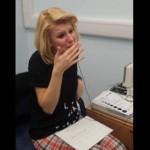 【動画】生まれつき耳の不自由な女性、初めて音を聞いた瞬間