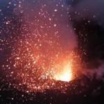 【動画】ラジコンヘリで噴火中の火山に大接近!!
