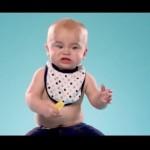 初めてレモンをかじる赤ちゃんのしかめっ面をスローモーションでみてみよう