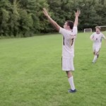 片足のサッカープレーヤ、ニコ・カラブリアの感動的な成長記録