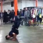 NYPD警察官がストリートダンスバトルに乱入!?見事なブレイクダンスを披露する