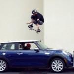 【動画】正面から走ってくる車をスケボーでジャンプ!!伝説のスケーター、トニー・ホーク