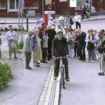 これで急な坂もラクラク、ノルウェーの路上自転車エスカレーター