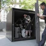 英デスメタルバンド、密閉された防音ボックス内でストリートライブ