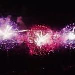 【動画】無人航空機で花火の中に突入、幻想的すぎる!