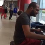 謎のピアノおじさんが『エリーゼのために』でプラハの空港ロビーをサプライズ