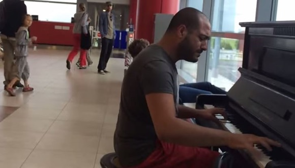 プラハ空港 ピアノ演奏