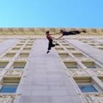 【動画】ビルの壁で華麗にワルツを踊る空中ダンサー