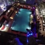 【動画】超高層タワーから屋上プールにベースジャンプ!!