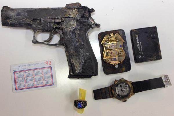 カスタイック湖 拳銃と警察バッジ
