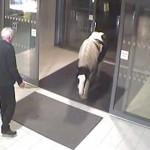 【動画】ある日、大きな馬がひょっこりと警察署にやってきた