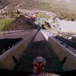 スタントライダーがオリンピックのスキージャンプ台からオートバイで滑空!