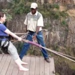 見ているだけで寿命が縮みそうになる「ヴィクトリアの滝」のロープスイング映像