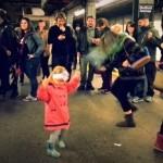 NYCの地下鉄ホームで踊りまくるかわいらしいダンス少女の映像が話題に