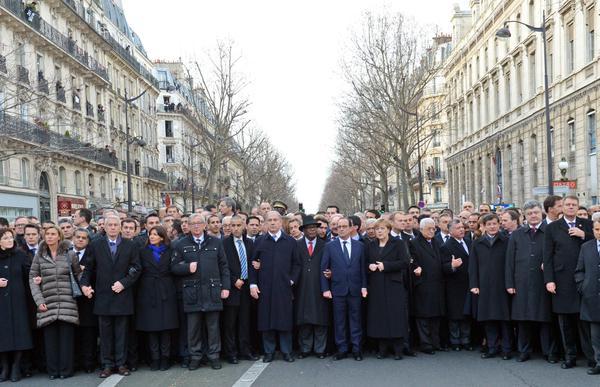 パリ デモ行進 腕組み